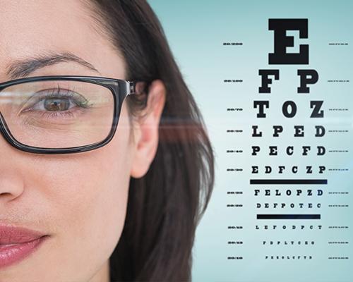 Femme portant des lunettes réalisant un test de la vue