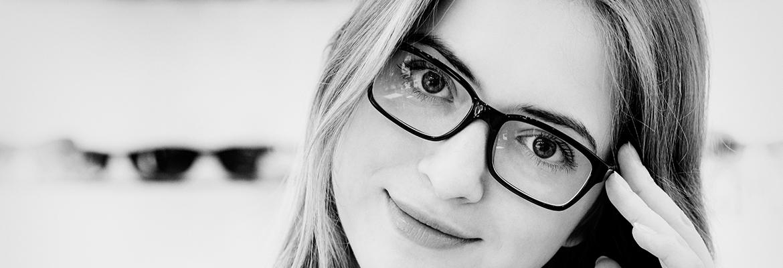 Femme portant des lunettes, regardant l'objectif