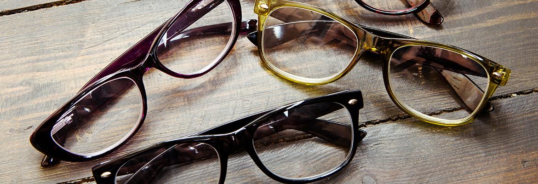 paires de lunettes posées au sol
